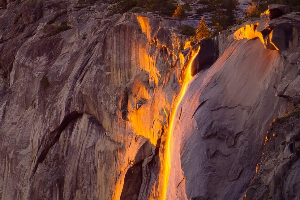زمان آتشین شدن آبشار مرگبار یوسمیت