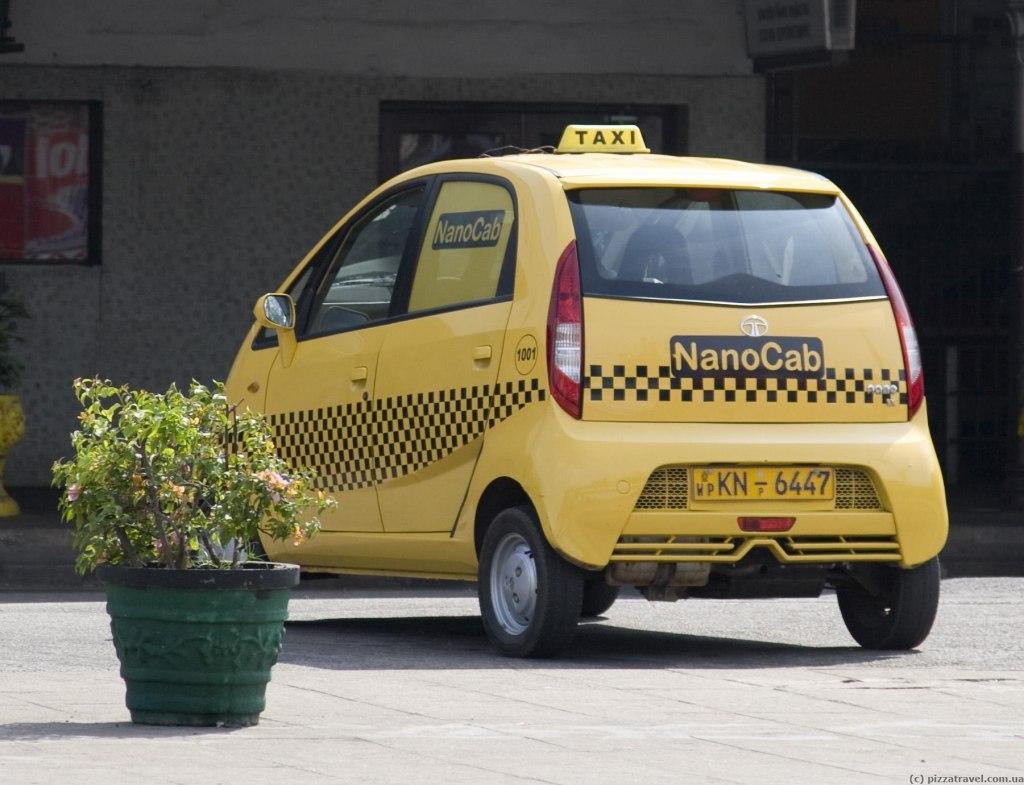 تاکسی و اتومبیل در فرودگاه باندارنیکی کلمبو