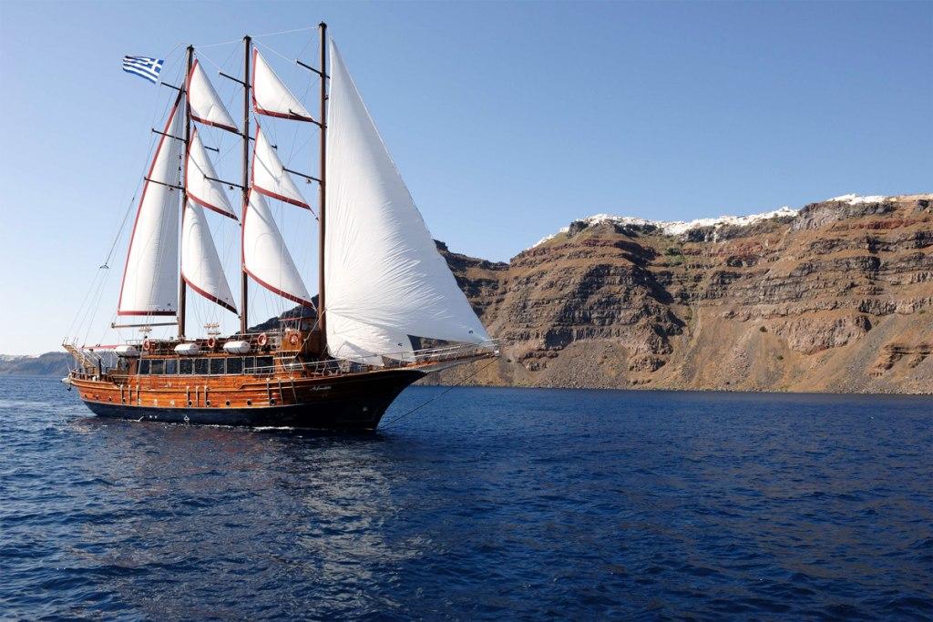 قایق سواری در جزیره سانتورینی
