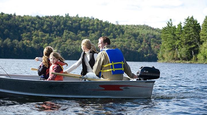 قایق سواری بر روی دریاچه پرت