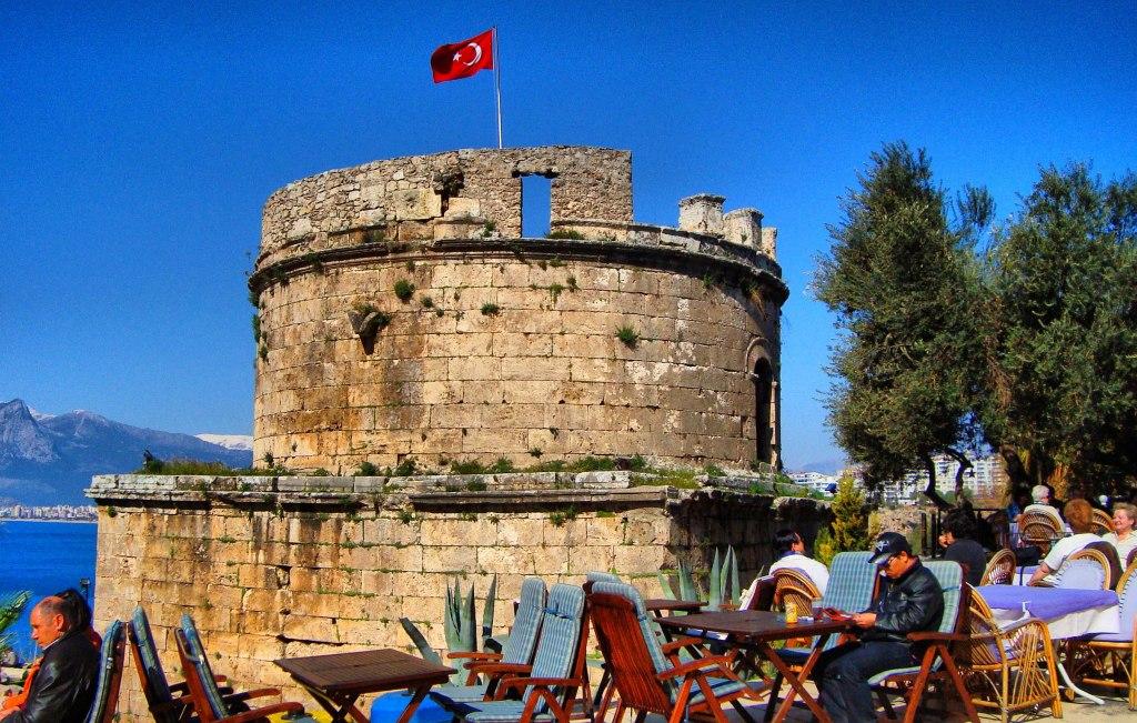 کافه ها و رستوران های اطراف قلعه ی رومیان