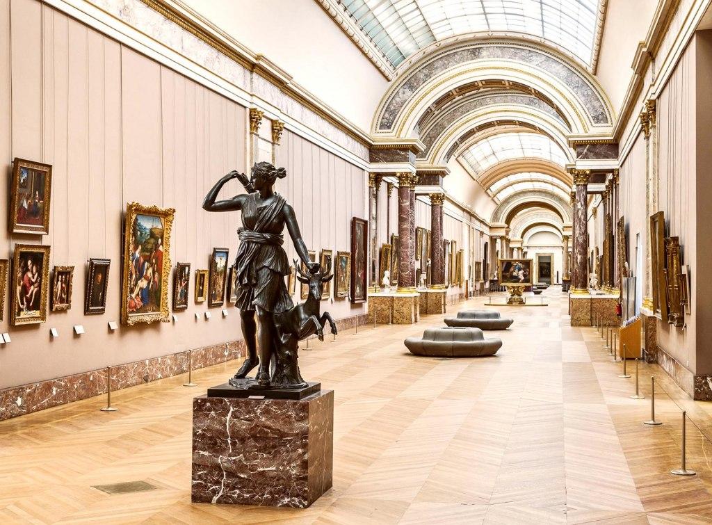 چه آثاری در موزه لوور قرار گرفته است؟