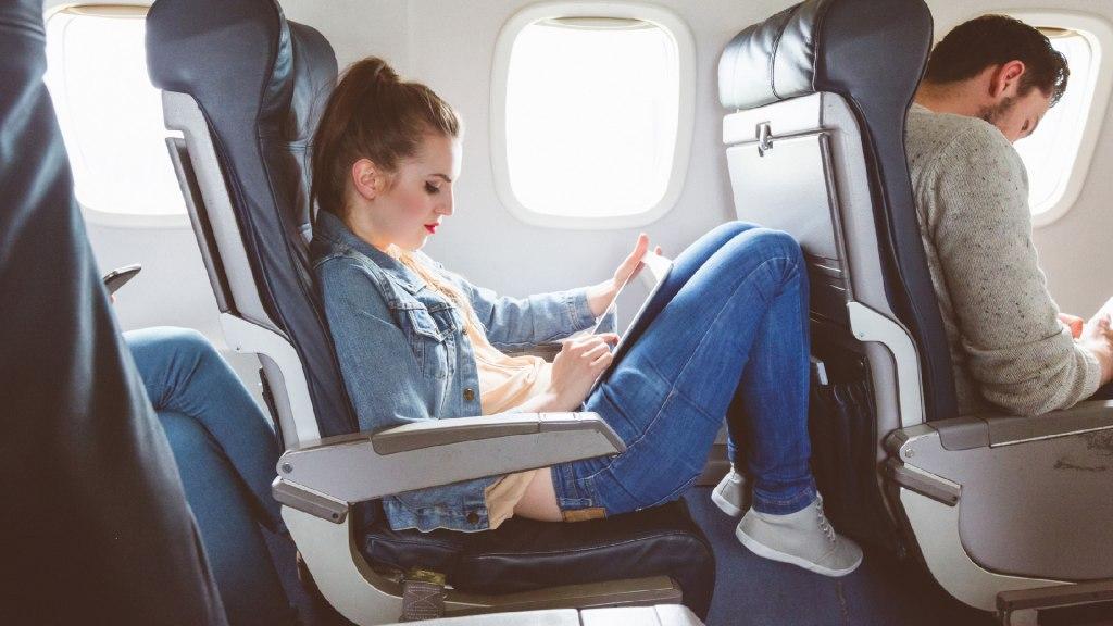 3- لباس مناسب و راحت در پروازهای طولانی مدت بپوشید!