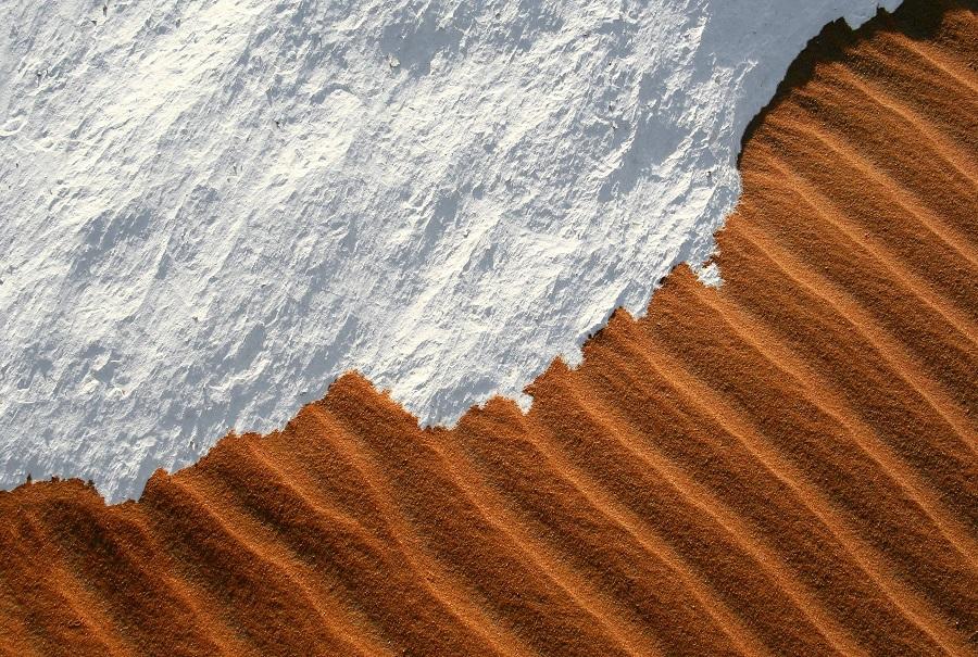 بارش برف در صحرا